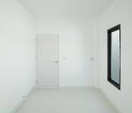 有窗口的空的室和门在房子里 免版税库存图片
