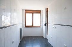 有窗口的空的长的走廊 库存照片
