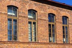 有窗口的红砖减速火箭的房子 免版税库存照片