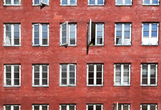 有窗口的红色墙壁在哥本哈根 库存图片
