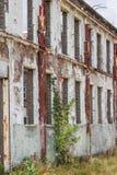 有窗口的老工业墙壁 免版税库存照片