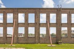 有窗口的老工业墙壁 库存照片