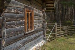 有窗口的老木农村房子 图库摄影