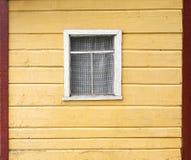 有窗口的老木墙壁 库存图片
