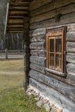 有窗口的老木房子 免版税库存照片