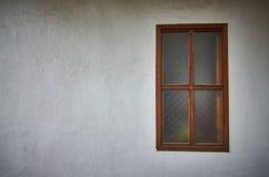 有窗口的老白色墙壁 库存照片