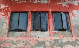 有窗口的老红色墙壁 免版税库存照片