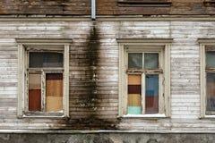 有窗口的老,被放弃的木房子墙壁和破裂的油漆 特写镜头照片 库存照片