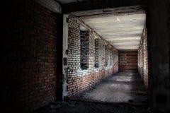 有窗口的被放弃的走廊 免版税库存图片
