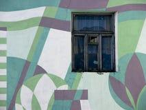 有窗口的被绘的几何花纹花样老房子墙壁 库存照片