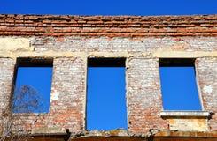 有窗口的被破坏的砖房子 库存图片