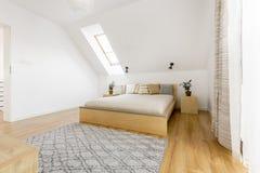 有窗口的顶楼卧室 免版税库存图片