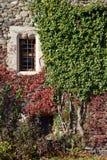 有窗口的,因特罗德城堡,瓦莱达奥斯塔,意大利中世纪城堡墙壁 免版税图库摄影