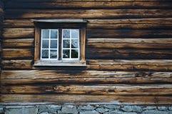 有窗口的黑暗的用木材建造的木墙壁 库存图片