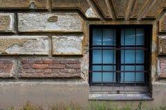 有窗口的10老砖墙 免版税库存图片