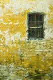 有窗口的黄色墙壁 图库摄影