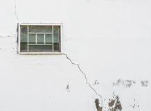 有窗口的破裂的墙壁 免版税图库摄影