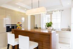 有窗口的Minimalistic开放厨房 免版税库存图片