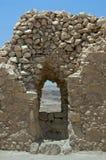 有窗口裂缝的墙壁在马萨达堡垒  免版税库存图片