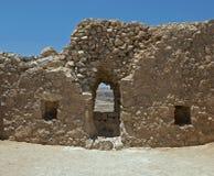 有窗口裂缝的墙壁在马萨达堡垒  库存照片