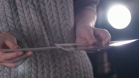 有立即印刷品调动图片的妇女在手上 看旅行偏正片照片在暗室 股票视频