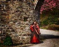 有竖琴的妇女在城堡汉堡帽的中世纪节日 库存照片