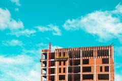 有站立修造的建造者的工地工作 免版税库存照片