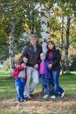 有站立在公园的孩子的父母全长 免版税库存照片