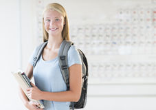 有站立在化学班的背包和书的女孩 图库摄影