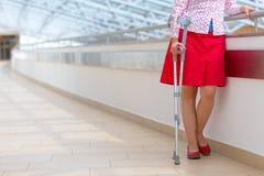 有站立在医院的拐杖的妇女 免版税库存图片