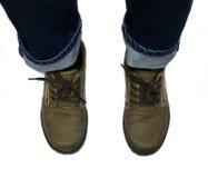 有站立在白色背景的蓝色牛仔裤和棕色鞋子的女孩 库存图片