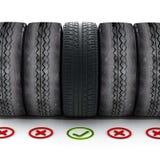 有站立在老轮胎中的绿色校验标志的新的车胎 免版税图库摄影