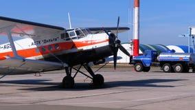有站立在航空器停车处的推进器的小飞机在一个小机场的飞机棚附近 股票录像
