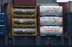 有站立在船的甲板的危险物品的容器 东部(日本)海 海洋太平洋 09 04 2014年 库存照片