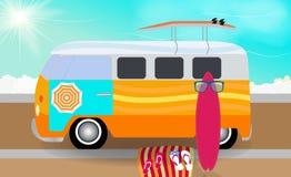 有站立在路的冲浪板的动画片搬运车在海旁边 Vec 向量例证