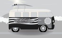 有站立在路的冲浪板的动画片搬运车在海旁边 Vec 库存例证