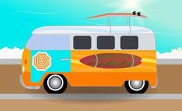 有站立在路的冲浪板的动画片搬运车在海旁边 Vec 皇族释放例证