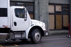 有站立在都市ci街道上的箱子身体的半交付卡车  免版税图库摄影