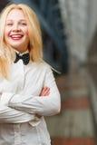 有站立在长的走廊的红色嘴唇的愉快的姜女孩 库存照片