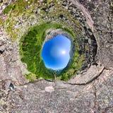 有站立在mountai的背包的球状全景360 180人 库存图片