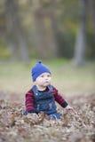 有童帽的男婴在一发光的秋天天 免版税库存照片