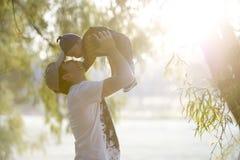有童帽的男婴在一发光的秋天天 免版税图库摄影
