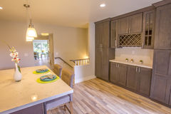 有竹地板和大理石柜台的厨房 免版税库存图片