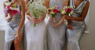 有笑和拿着花花束4K 4k的三个女傧相的新娘 股票视频