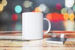 有笔、日志和镜片的白色杯子在木桌上 图库摄影