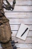 有笔和争斗传送带的笔记本 库存照片