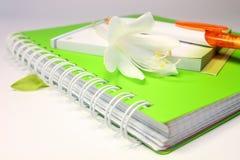 有笔和花的笔记本 库存照片