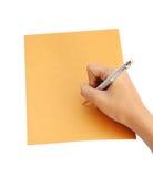 有笔文字的手在信封 免版税库存照片