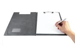 有笔文字的手在剪贴板 免版税库存图片