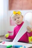 有笔的可爱的小女孩 免版税库存图片